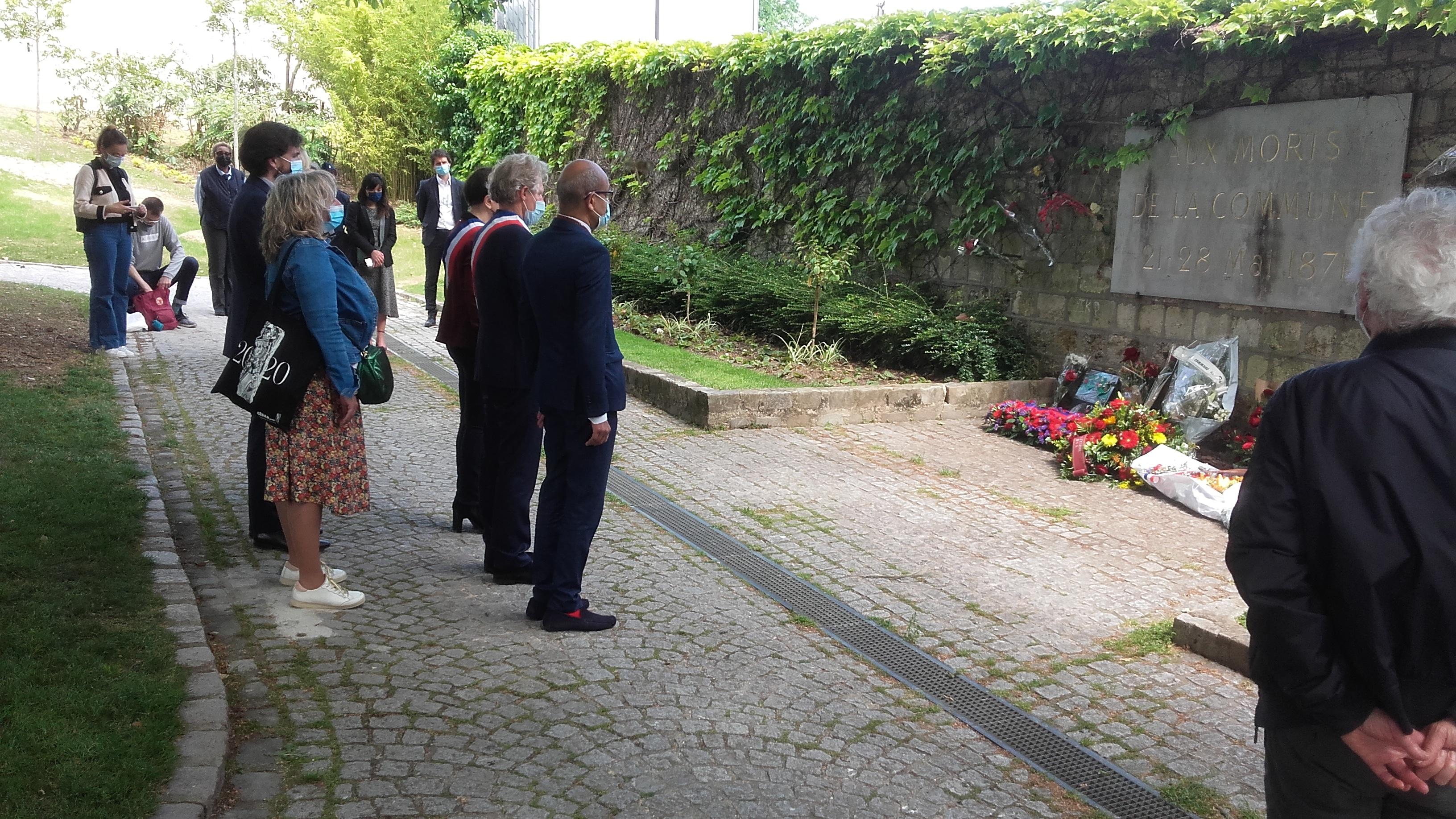 Le maire du 20e devant le mur des fédérés en mai 2021