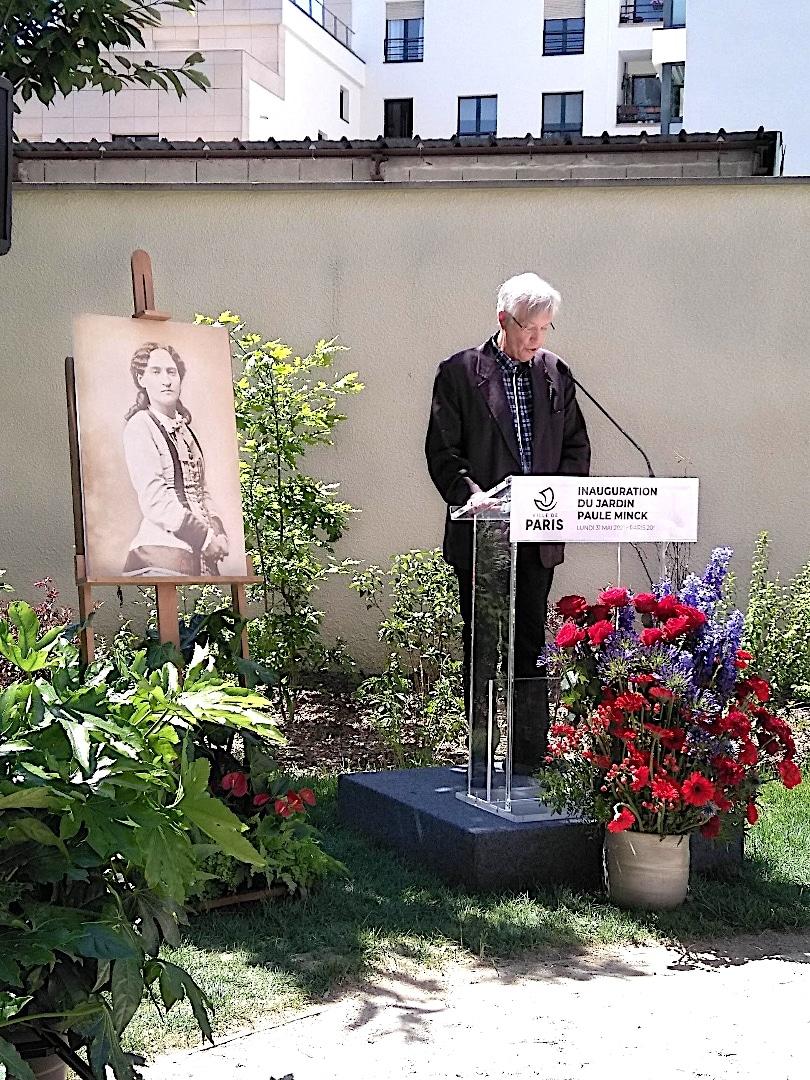 Portrait de PAULE MINCK derrière la tribune